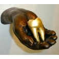 Hand mit Goldzahn